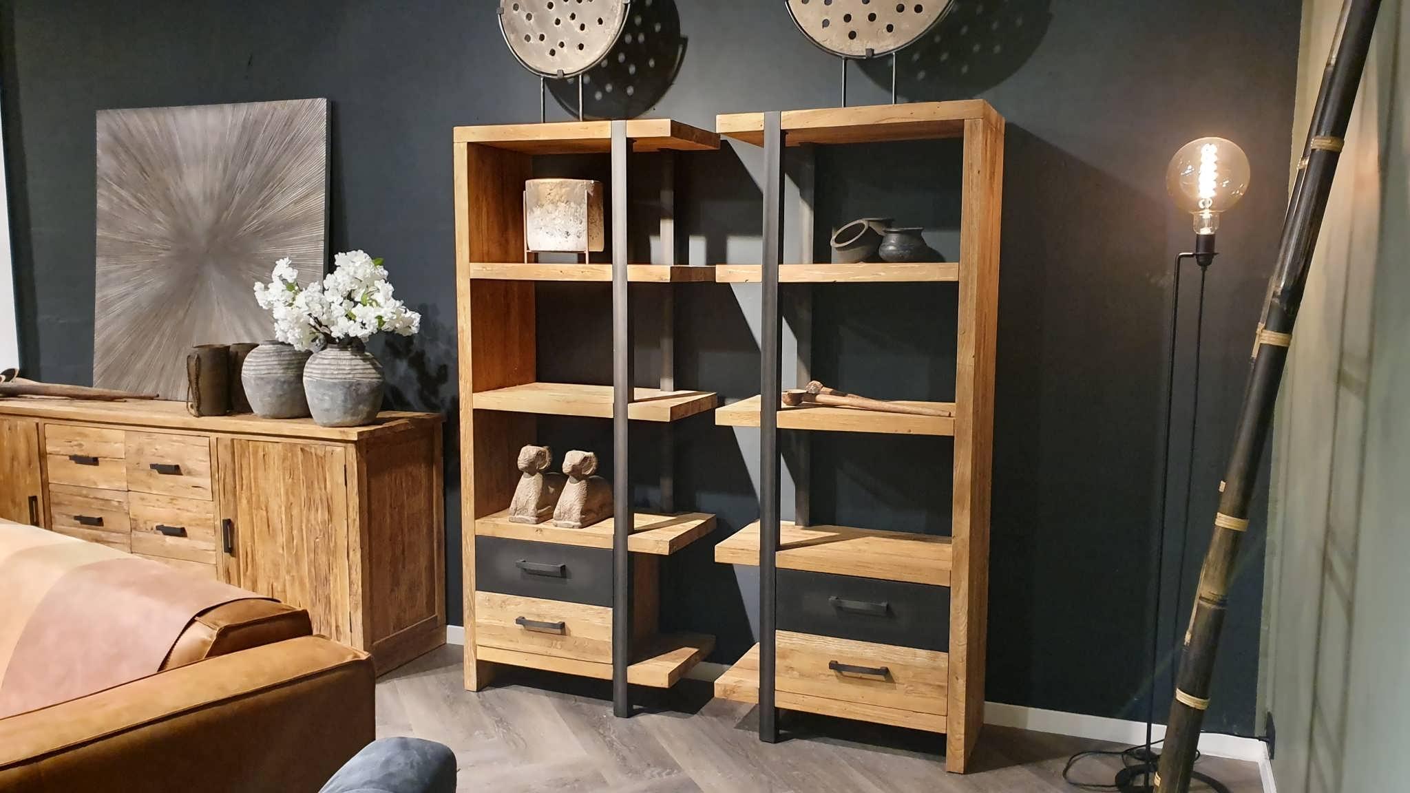 stoere houten boekenkast