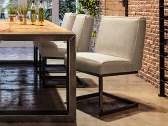 industriele witte stoelen