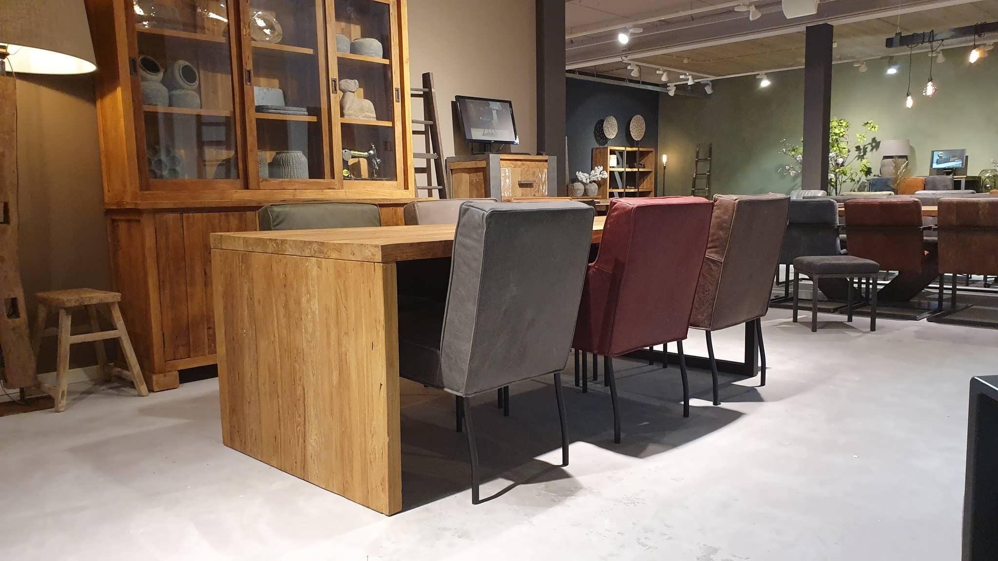 Stoere tafel met houten poot