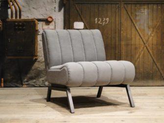 grijze fauteuil stof