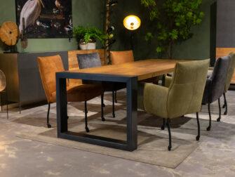 Tafel met stoelen op wielen