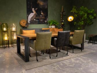 tafel verschillende stoelen