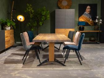 lange tafel met stoelen