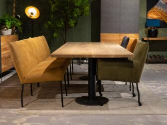 Grote tafel met eetkamerbank