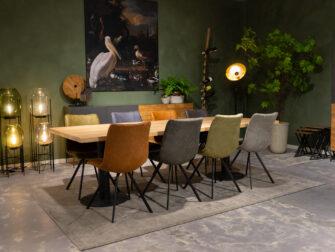 tafel met gekleurde stoelen