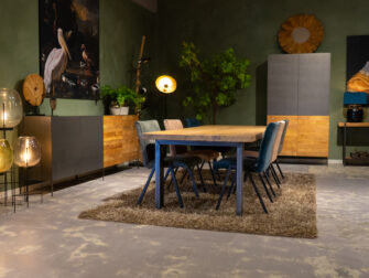 Tafel met zes stoelen