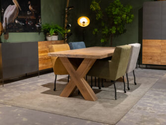 tafel met dikke stoelen