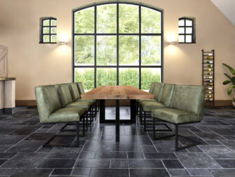 Industriele tafel met groene stoelen
