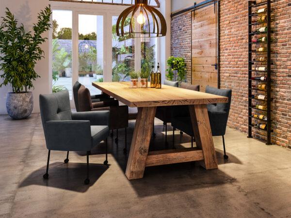 robuuste eiken tafel met houten poot