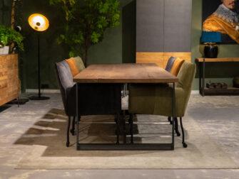 stoere tafel met stoelen
