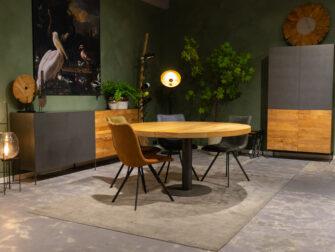 ronde tafel met stoelen