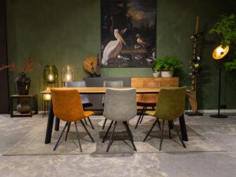 Tafel met schillende stoelen