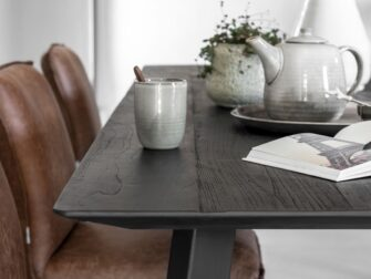 stoere zwarte tafel