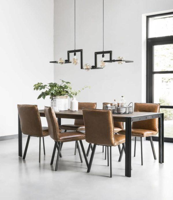 industriele tafel met cognac stoelen