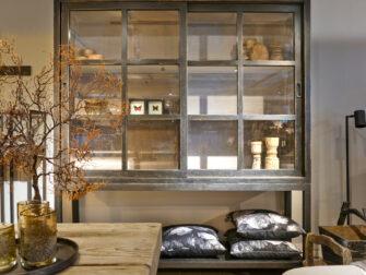 zwarte vitrinekast met schuifdeuren