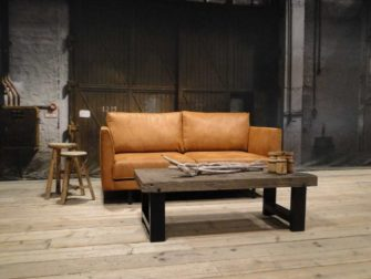 Bank Macon - hier getoond als een 2,5 zits in de relax stof kleur tan. Op de voorgrond onze salontafel Bailar.