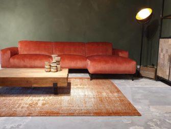rode stoffen bank met lounge