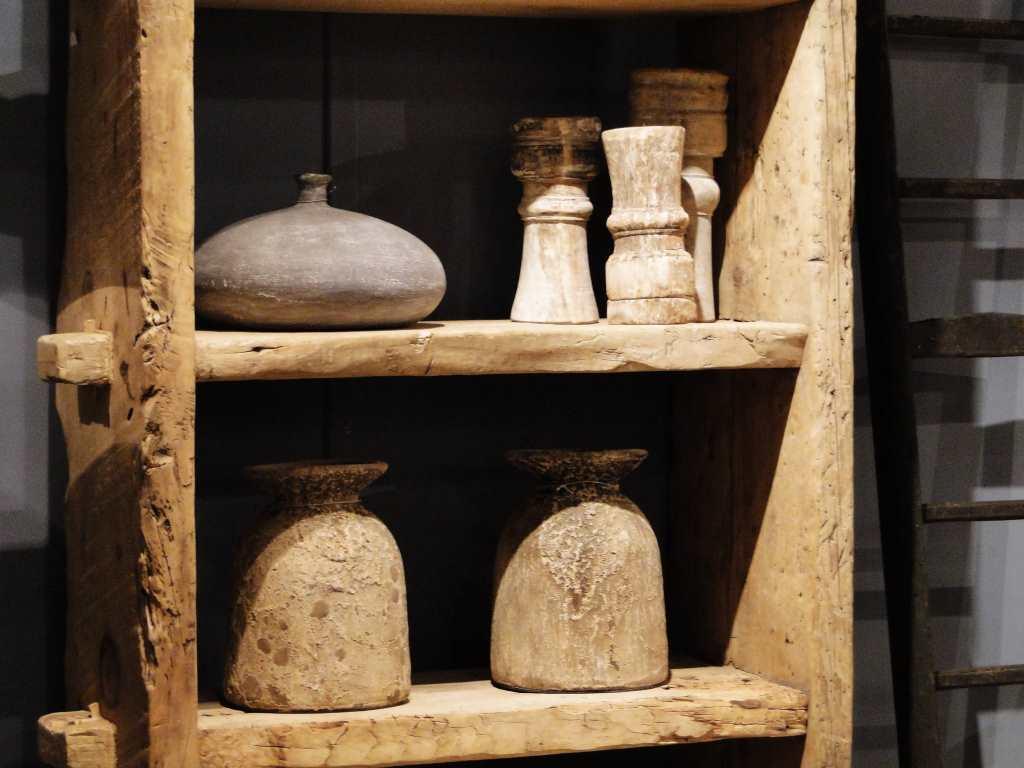 boekenkast van oud hout