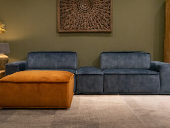 hocker - velvet cognac + element links met arm - velvet petrol + hocker en element rechts met arm - velvet petrol