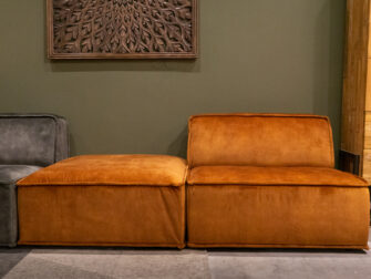 Hoek element links - velvet hunter + hocker - velvet cognac en anderhalf zits element - velvet cognac