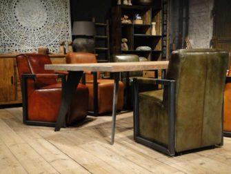 Industriële eettafelset met leren stoelen