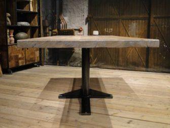 Stoere tafel met ijzeren onderstel