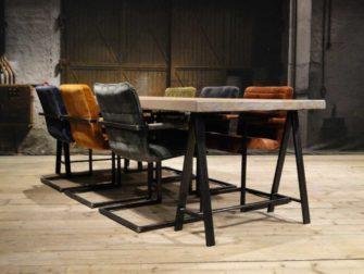 Stoere eetkamertafel met stoelen