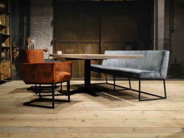 Tafel met bankje en stoelen