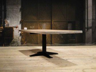 Industriele tafel met stalen poot