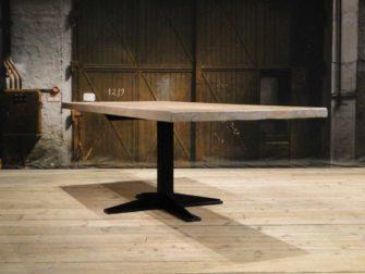 Stoere tafel met stalen midden poot