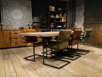 Grote tafel met 6 stoelen
