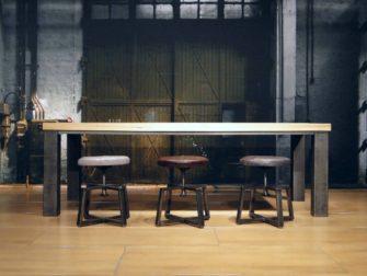 tafel met stalen poten